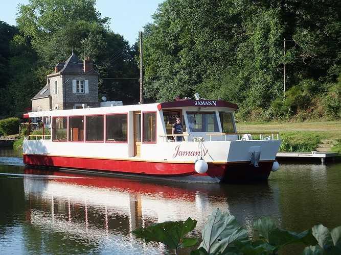 Découvrez la ville de Dinan et ses alentours en bateau. Montez à bord du Jaman V et naviguez le long de la Rance.